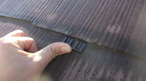 (株)クラスプラスの屋根塗装中タスペーサー挿入