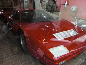 スペイン瓦の下にはフェラーリが展示