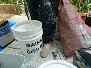 断熱塗料ガイナを混ぜています