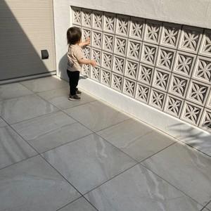 花ブロックに触る子供
