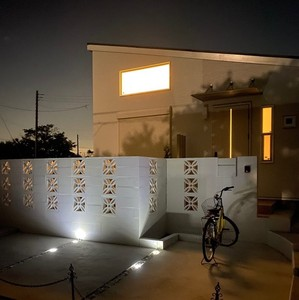 夜の明かりに灯される花ブロック